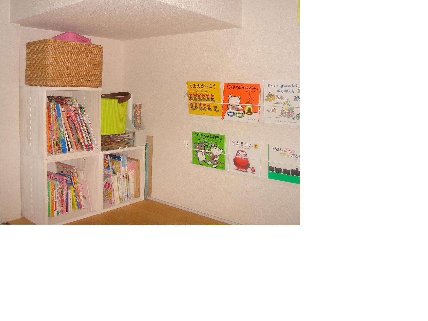 【子供用 本棚】 リビングの子供スペースの本棚に。ホワイトの木がとてもきれいで、白い壁にマッチしています。大きさもぴったりで、背の高い本もたくさん収納できます。子供が小学生になったら教科書や、学校用具の整理に使うつもりです。【子供部屋 無垢 木製 収納 ラック キューブ カラーボックス 本棚 絵本 おもちゃ 収納 図鑑 大型本】