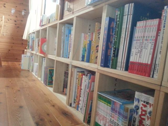 【本棚完成】 何回か購入を重ね、ようやく完成しました。子どもの絵本が増えてきたこと、リビングで勉強も読書もするため本棚が必要だったものの、あまり主張するものは困るな〜とこちらのBOXを購入したのが2年ほど前。それから徐々に物も増え、再度購入を何度か繰り返し、ようやく一列の本棚ができました。大きな図鑑も絵本も入り、ぴたっと収まる、まさに理想です。そして何よりも子ども達がいずれ自分の部屋を持ったときに分解して形を変えて使えるというのがいいです。軽くて持ち運びしやすく、組み立ても女性でも簡単にできます。部屋の模様替えをするのはほとんどが主婦。軽い、簡単と主婦にはありがたいBOXです。【子供部屋 無垢 木製 収納 ラック キューブ カラーボックス 本棚 絵本 おもちゃ 収納 図鑑 大型本】