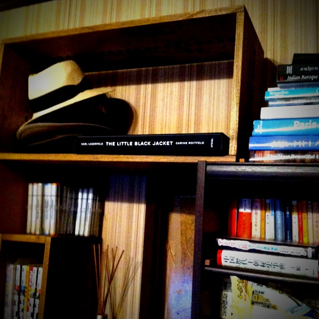 【何個でも】 主に洋書や美術書など大型本の本棚として使っています。当初、考えていた設置と、実際届いてからやっぱりこっちにしよう、とその場でいろいろ変えられるのがいいですね。普通の棚だと、カタチが決まってしまっているので。意外なスキマができて、その空間をどうしようかとか、創造していて楽しいです。【子供部屋 無垢 木製 収納 ラック キューブ カラーボックス 本棚 絵本 おもちゃ 収納 図鑑 大型本】