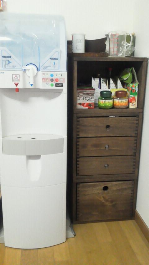【ウォーターサーバー横の棚として】 お茶やスープを置く棚として使っています。引き出しを組み合わせて、お菓子も収納しています。【子供部屋 無垢 木製 収納 ラック キューブ カラーボックス 本棚 絵本 おもちゃ 収納 図鑑 大型本】