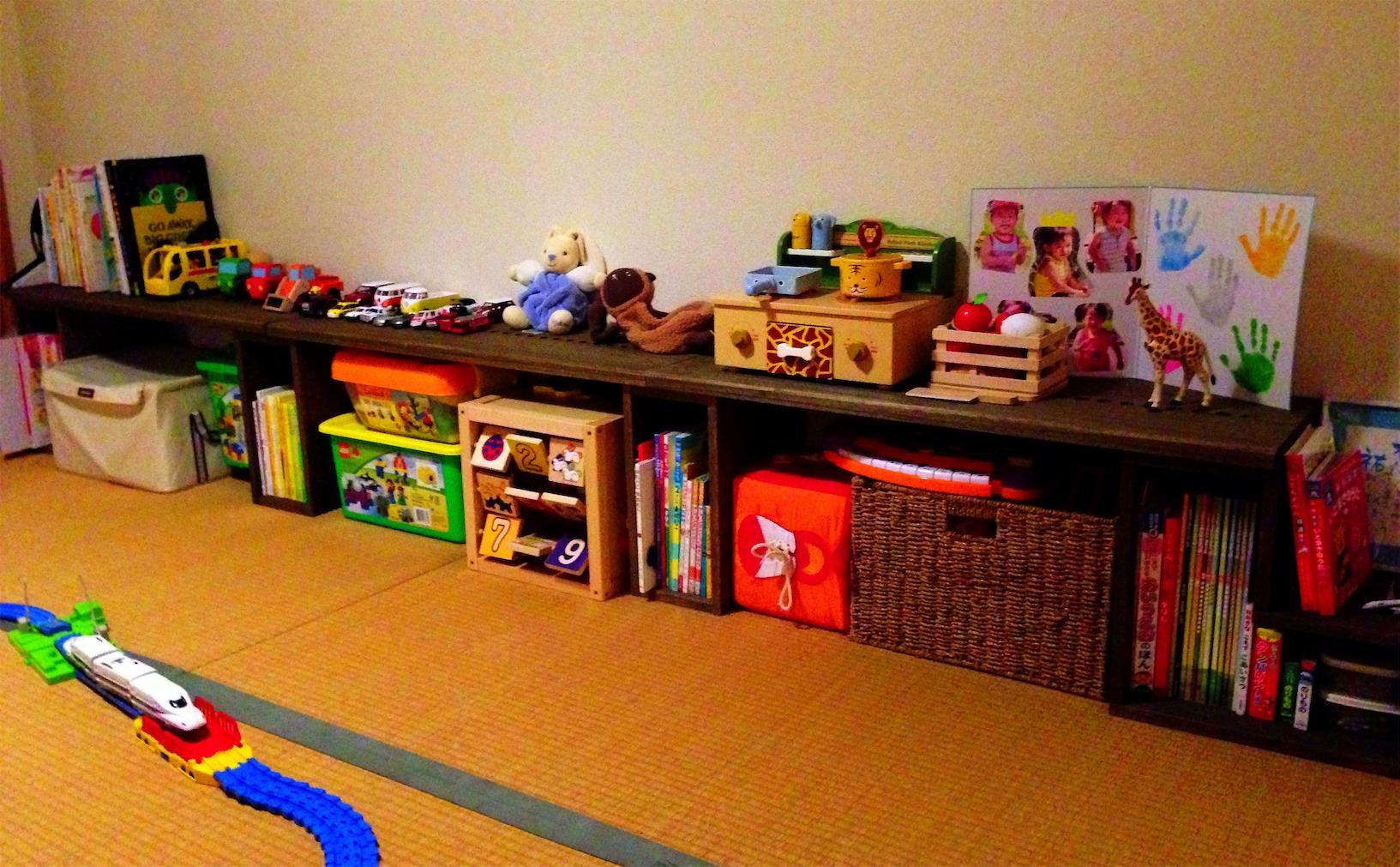 【子供の成長に伴い拡張!】 前回、新たな家族に加わった頃に90cmパネルを3枚購入し、和室の端に並べ赤ちゃんがはいはいでも玩具が取れるようにしました。そして、子供が2歳になり、玩具が増えてきたため、今回