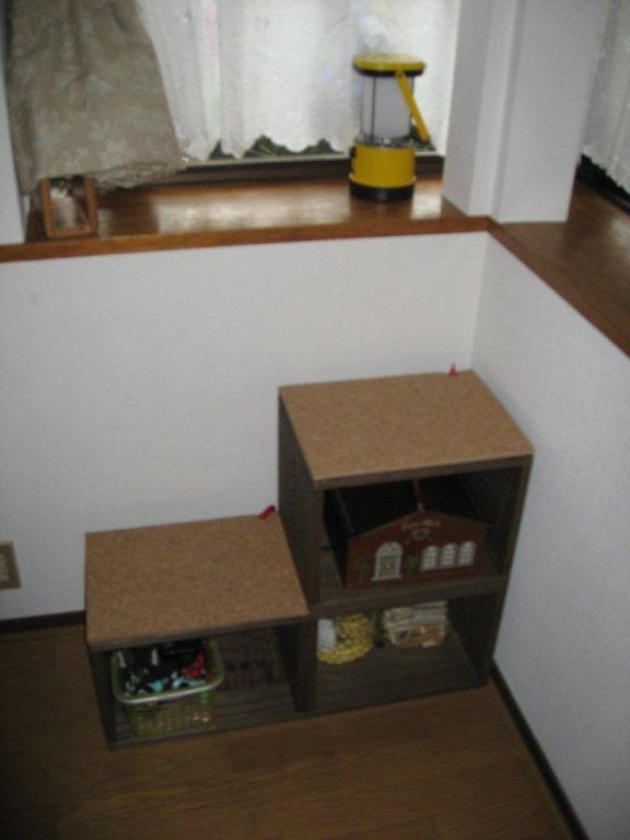 【ワン公が出窓に登れる階段として】 リビングルーム1.8m高さの出窓に我が家のワン公(柴犬)が登れるように階段として又ワン公用の道具をしまう棚としてMBOX3個で作成。天面には薄いコルク板を貼り、ワン公が降りる時の衝撃を和らげるようにした。価格は少々高いが、部屋のルックスを損なわない高級感があり、買って良かったと思う。【子供部屋 無垢 木製 収納 ラック キューブ カラーボックス 本棚 絵本 おもちゃ 収納 図鑑 大型本】