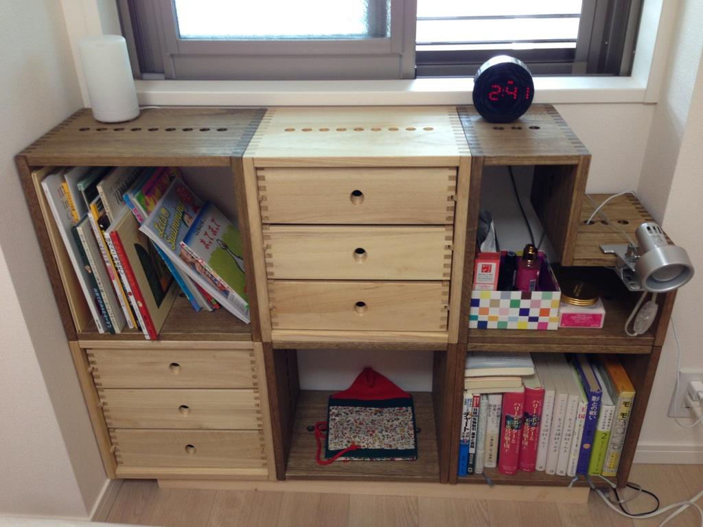 【寝室に】 アングルBOXと3L引き出しBOXと一緒に購入しました。寝室の壁際の隙間に3つ並べるとちょうど収まるサイズだったので。組み合わせ方で、形を変えても楽しめそうなので良かったです。【子供部屋 無垢 木製 収納 ラック キューブ カラーボックス 本棚 絵本 おもちゃ 収納 図鑑 大型本】