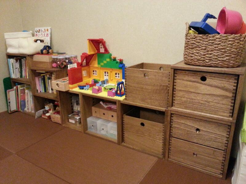 【3度目の購入】 フリーBox2個、MBox1個を購入しました!子どもの本棚&おもちゃ棚として使っています。もう3回目のリピートです。シンプルなデザインが我が家の和室にぴったり☆それと軽くて組みやすいのがとっても気に入っています。フリーBoxはおもちゃを入れたまま2才の娘でも運べるのでとっても便利☆今は平たく組んでいますが、もう少し身長がのびたら積み上げようかな?一緒に成長できる家具なんてそうそうありませんよね(^^♪※今回は1ヶ月近く待ったので-1にさせていただきました。【子供部屋 無垢 木製 収納 ラック キューブ カラーボックス 本棚 絵本 おもちゃ 収納 図鑑 大型本】