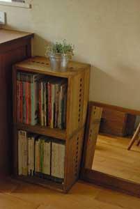 【増やせる本棚として】 仕事柄ムックや雑誌サイズの本が多く、本棚に収納しきれなくなってきたので、これからは木箱タイプの増やせる本棚がいいなと思い、こちらに辿り着きました。今年1月頃にL BOX裏板付きのミディアムを4つ購入したところ、他のインテリアともしっくり馴染み、使い勝手も良かったので、その後2つ、そして今回3つ、とリピート購入です。重ねたり並べたりと増やせるし、力のない自分でも簡単に設置できるのが魅力です。まだまだ収納しきれていない本もある上、日々増えているので、今後もお世話になると思います。なので、まとめ買いの際の割引率がもう少し良いとうれしいなというのが本音です。(なので★4つ)でもクオリティは下げて欲しくない(笑)。それ以外は他のインテリアとも色合い・質感ともしっくり馴染み、満足しています。【子供部屋 無垢 木製 収納 ラック キューブ カラーボックス 本棚 絵本 おもちゃ 収納 図鑑 大型本】