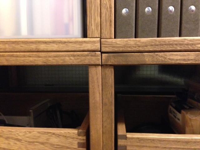 【引越を期に】 再度画像付きで投稿させていただきます。前の部屋はワンルームだったので、Lボックスを二つおいていただけなのですが、引越を期に仕事用の書類なんかを一括に入れられるように4つ買い足しました。こちらのレビューを参考に考えに考えたあげく、写真のようになりました。6つを上下で2段にし、さらに下の段にはフリーボックス3つ入れています。同じモジュールできっちり揃うととても気持ちがいいです。仕事もしやすくなりました。一般的な書類、ファイルは問題なく入ります。奥行きが狭いところがいいのですが、プリンタやその他の収納グッズの奥行きは、はみ出てしまうことがあります。私は今のところはみ出させています。そういう場合は、壁面から浮くのでモノが落ちやすいです。「裏板あり」の方が良いのでしょうが、今後場所を変えたり、組み替えたりすることも考えて、私は裏板なしで統一しています。ファイルボックなんかを使って、落下防止しています。また、今回初めてフリーボックスも組み合わせてみたのですが、素材も木目も統一感が出て、よりすっきりと見えて良いです。滑りも滑らかです。若干お高いですが、インテリア性を重視するなら投資する価値ありです。今回の購入で元の状態よりだいぶ棚が充実したように思ったのですが、入りきらなかった物もあり、もう1列分追加注文いたしました。到着が待ち遠しいです。【子供部屋 無垢 木製 収納 ラック キューブ カラーボックス 本棚 絵本 おもちゃ 収納 図鑑 大型本】