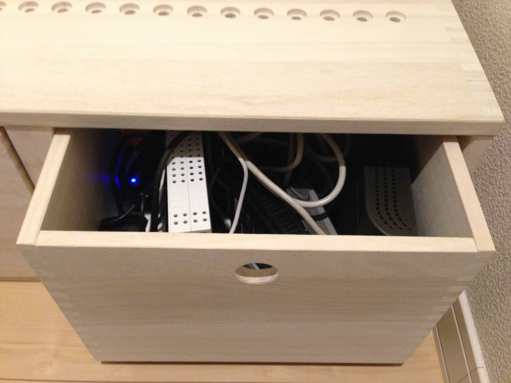 【MMHBOXとフリーBOX 中】 MMHBOXにフリーBOX 中 2個がピッタリ収まりました。中にはルーターなどを収納しました。ホワイトですが、色は少し薄いです。穴からコンセント等のコードを出すことが出来て便利でした。ごちゃごちゃしていたのがスッキリして満足です。また、この上に追加したいです。【子供部屋 無垢 木製 収納 ラック キューブ カラーボックス 本棚 絵本 おもちゃ 収納 図鑑 大型本】