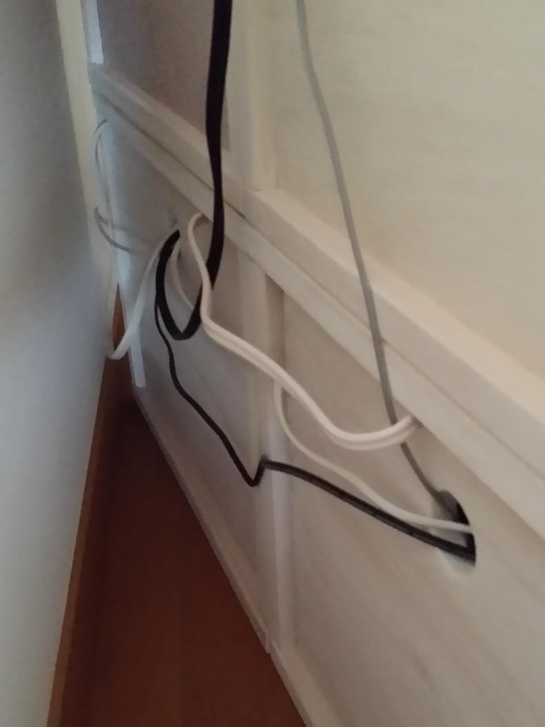 【裏板なしは配線にも便利】 下段にはM BOXの裏板なしにフリーBOXをセットし、埃よけと、モデムやルーターや配線の収納に。上段は、収納した物が壁に当たらないように裏板付きのL BOXを。その上には複合機や充電中のノートパソコンなどを置いて。ホワイトにしましたが、木目が透けて良い色です。塗装してあっても木の良い香りがします。軽くて扱いやすいですし、連結もドライバーやコインで簡単に出来ます。ただ、2月に入ってすぐに注文し、届いたのが3月も終わる頃…。約2ヶ月も待ったので大変待ち遠しかったです。また、今後買い足したくても値上げしてしまったので慎重になってしまいます。とは言え、これから子供が大きくなったり生活が変わっても、組み替えたりして使い道が広がるのは、飽きっぽい私にはとっても良いです!【子供部屋 無垢 木製 収納 ラック キューブ カラーボックス 本棚 絵本 おもちゃ 収納 図鑑 大型本】