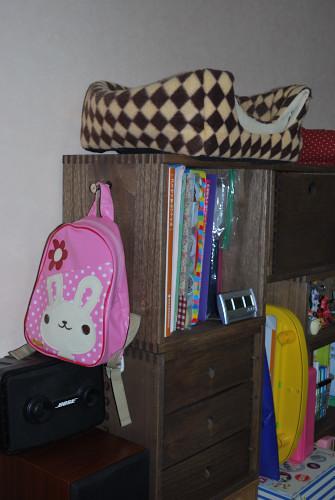【子供用スペースの拡張】 子供のおもちゃを入れるための棚を拡張しました。とても気に入ってます。また購入したいです。引き出しは子供の小さなおもちゃ入れです。1歳の子供も使いやすく、自分で出し入れしています。他の方のレビューを参考にしてジョイント金具大でリュックをかけてみました。【子供部屋 無垢 木製 収納 ラック キューブ カラーボックス 本棚 絵本 おもちゃ 収納 図鑑 大型本】