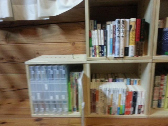 【再度再度追加購入しました。】 2年前に6個購入、そして1ヶ月前に3個購入しました。そして今回は子供のお絵かきグッズや私の本を入れておく為に3個購入。2年前に購入したものと1ヶ月前に購入したものの差はほとんどなし。日焼けによる木の材質の反りや色の変化があるのかなと思っていましたが、目で見ただけでは分かりません。それが気に入り今回も3個追加しました。居間で子供たちが絵本や図鑑を読むことが多いのでいつでも手にできるように本棚として使っています。桐という柔らかい材質ながら傷も目立たず、とても重宝しています。【子供部屋 無垢 木製 収納 ラック キューブ カラーボックス 本棚 絵本 おもちゃ 収納 図鑑 大型本】