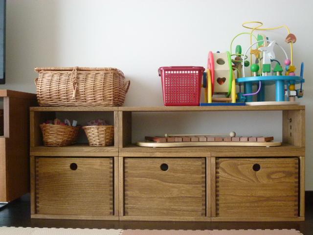 【子供の絵本・おもちゃ収納に】 以前よりヴァインを使用していたのですが、子どもの絵本・おもちゃ等増えてきたため、今回追加で購入。ダイニングテーブル脇に絵本棚を置きたくて、いろいろと棚を探したのですが、なかなかよいサイズのものがなく、ヴァインでテーブルと高さ・幅がぴったりレイアウト出来るのに気づいたときはびっくり!質感もよく、組み替えながら長く使えるので、大満足です。【子供部屋 無垢 木製 収納 ラック キューブ カラーボックス 本棚 絵本 おもちゃ 収納 図鑑 大型本】