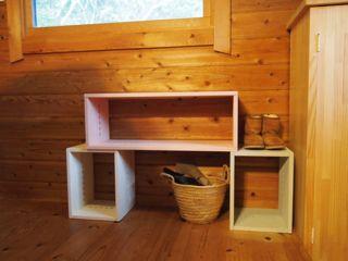 【かわいいデザインです。】 色合いもよく、何より軽いのがいいと思います。気軽に配置がえができるのは魅力です。実家にプレゼントしましたが、喜んでいました。とりあえずは玄関横に設置して、色々飾っていく予定のようです。【子供部屋 無垢 木製 収納 ラック キューブ カラーボックス 本棚 絵本 おもちゃ 収納 図鑑 大型本】
