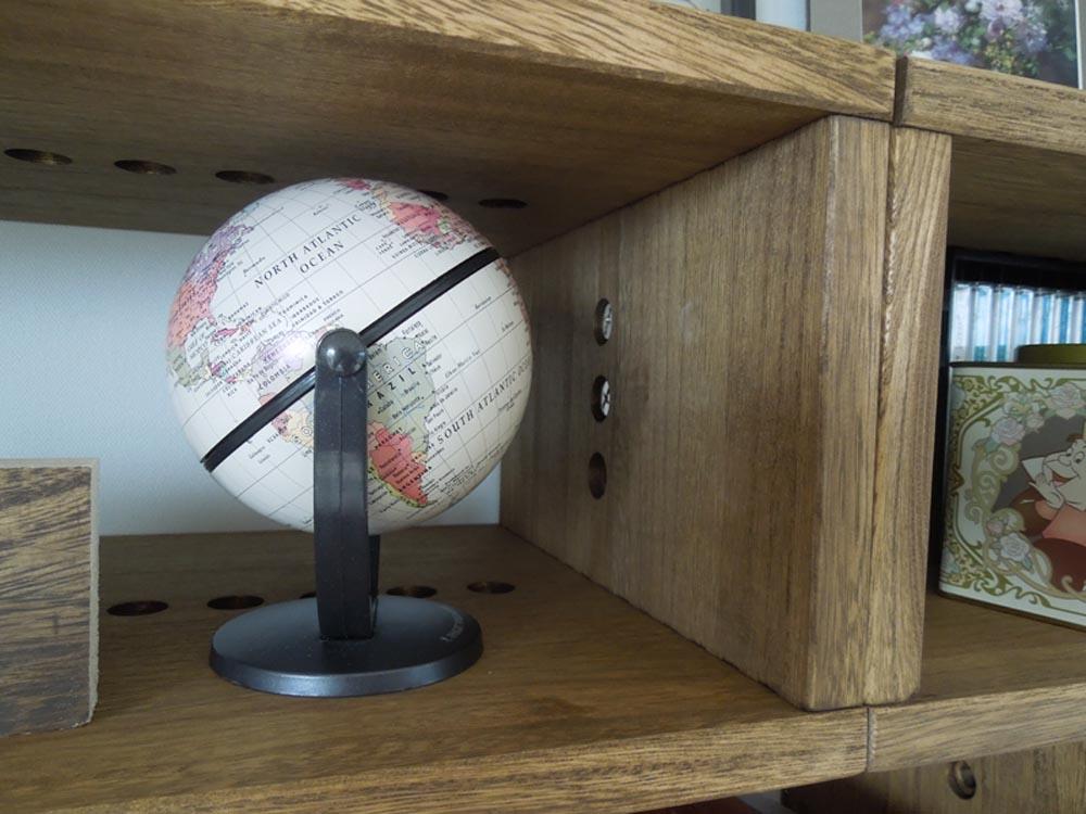 【机上の整理】 IBOXどうしの連結はドライバーがはいらず100円玉を使いました たまたまお雛様を飾るので机の上のスペースが確保できてよかったです【子供部屋 無垢 木製 収納 ラック キューブ カラーボックス 本棚 絵本 おもちゃ 収納 図鑑 大型本】