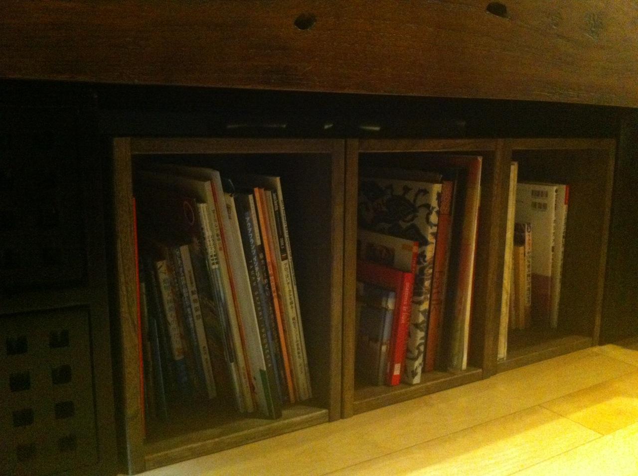 【質感がいいです】 写真のように、リビングの木製のアンティークカウチの下の雑誌入れとして購入しました。両端にはチーク材のキューブボックスがあり、真ん中の空いた空間に3個揃えて置いています。殆ど見えない場所なので、以前はカラーボックスを置いていたのですが、やはり安っぽさは否めず...今回、引越をしたのを機に思い切って購入してみました。自己満足と言われようと...やはり質感が違うので、全体として良い雰囲気になったかと思います。あまり目につかない場所だからとこれまで手を抜いていたのが恥ずかしい!とても軽いけれど丈夫そうです。また、丁寧な細工なので、今度は目立つ場所にも置きたいと思い、どこか置ける場所は...と探しているところです。おすすめです。【子供部屋 無垢 木製 収納 ラック キューブ カラーボックス 本棚 絵本 おもちゃ 収納 図鑑 大型本】