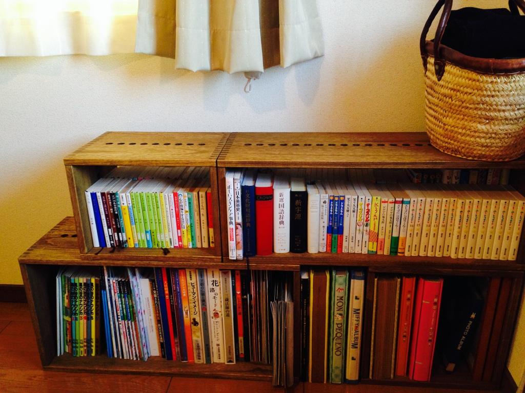 【本棚に。】 なかなかコレだという本棚が見つからず、諦めていたところにこちらに出会いました♪サイズも色も迷いましたが、L・LL・M・MMを各1個購入しました。色見本を送っていただき、ミディアムに。実際に届いてみると、見本以上で満足してます。【子供部屋 無垢 木製 収納 ラック キューブ カラーボックス 本棚 絵本 おもちゃ 収納 図鑑 大型本】