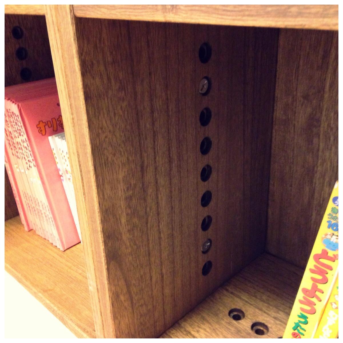 【こどもの本とオモチャ整理】 LL boxとL box2個を購入。リビング横の和室がこどもの遊びスペースなので、本とオモチャ整理に使用。ドアはダークカラー、絵本ラックはナチュラルカラーの為色に悩みましたがミディアムにしました。良い色です。軽く、ジョイントも簡単です。ただ、2歳のこどもたちは、穴に指を突っ込んで遊ぶので注意が必要です。ちょうどすっぽり入ると抜けなくなりそうなサイズですので。とりあえず布で隠しました。匂いも数日は気になるかと思います。あとは、ぴったりはまるカゴをさがすだけです。本もオモチャも綺麗に片付けることが出来そうです。【子供部屋 無垢 木製 収納 ラック キューブ カラーボックス 本棚 絵本 おもちゃ 収納 図鑑 大型本】