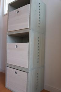 【整理整頓!】 カラフルなオモチャは引き出し内にしまうことで色の反乱が抑えられます。軽いので楽に引き出すことができて使い勝手も良いです。木目がうっすら透けてとても綺麗なボックスです。【子供部屋 無垢 木製 収納 ラック キューブ カラーボックス 本棚 絵本 おもちゃ 収納 図鑑 大型本】