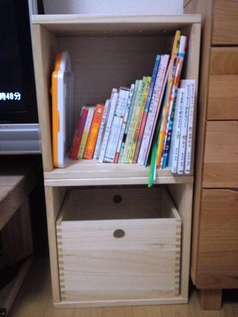 【おもちゃ入れ&本棚】 届いてすぐにリビングに設置しました。子供の絵本を整理したくてずっと、棚を探していました。購入して正解でした。軽いので、2歳前の子供でも、自分で箱を引っ張り出しおもちゃを出すことができます。また、棚が足りなくなったら、増やしていこうと思います。【子供部屋 無垢 木製 収納 ラック キューブ カラーボックス 本棚 絵本 おもちゃ 収納 図鑑 大型本】
