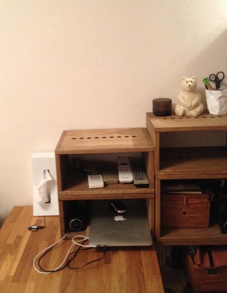 【やはり拡張性は優秀です】 机まわりの棚にvineを使ってますが、今回買い足しをしました。I box は縦に使えばA4サイズの書類やファイルの収納に、横に使えば処理中の書類を差し込んでおいたりノートPC等のモバイルを置いておくのに便利です。【子供部屋 無垢 木製 収納 ラック キューブ カラーボックス 本棚 絵本 おもちゃ 収納 図鑑 大型本】