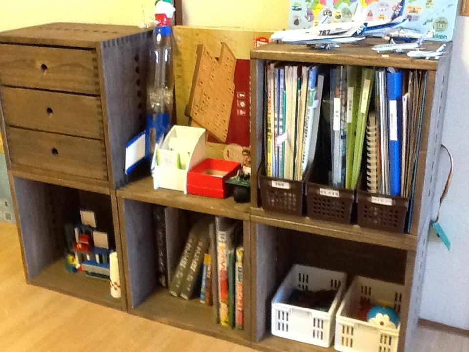 【小物、文具の収納】 子どものおもちゃ、トランプ、文具の収納用に購入。ヴァインシリーズのボックスに増設しましたが、引き出しは小物の分類、収納に便利で活躍しています。引き出しはスムーズに開閉でき、子どもでも楽々です。少々お高いかと思いましたが、長く使えそうなしっかりした造りに納得しています。【子供部屋 無垢 木製 収納 ラック キューブ カラーボックス 本棚 絵本 おもちゃ 収納 図鑑 大型本】