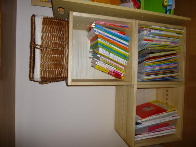 【子どもの絵本入れに】 キッチンカウンターの下に子ども用の入れを探していてこちらにたどり着きました。ダイニングとリビングに面した場所に設置したのですが落ち着いていてあまり主張しすぎずとてもいいです。裏板付なので子どもが勢いよく本を入れても壁に傷がつくことを気にしなくていいので正解でした。