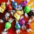 「【公式】リンツ Lindt チョコレート リンドール ギフト ボックス 11種 100個入り【チョコ ばらまき お菓子 詰め合わせ おしゃれ かわいい 個包装 スイーツ 大量 アソート 輸入菓子 スイス プチギフト お中元 御中元 リンツチョコ 輸入 退職 プレゼント ブランド】」の商品レビュー詳細を見る