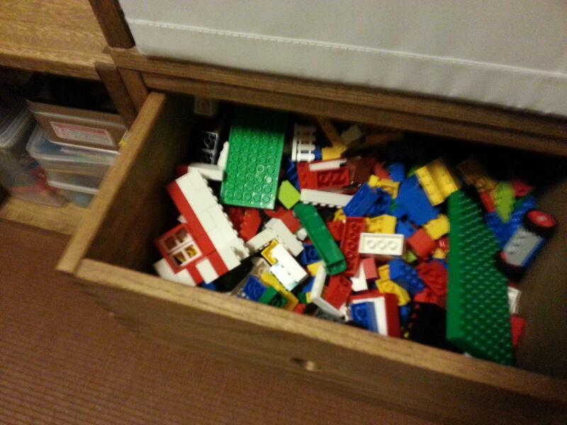 【絵本棚に おもちゃ棚 をプラスしました☆】 LBOX2個 、2L引き出しBOX1個 をリピ購入しました。なかなかおもちゃで遊ばなかった我が娘。Vineで棚を作ってあげたら出しやすいのか?よく遊んでくれるようになりました。2才の娘にとっては、LBOXの高さが作業台にちょうど良いみたいなのでこんなレイアウトにしています。お片づけもしやすそうです☆2L引き出しは高価なのでとても悩んだのですが、引き出しのすべりがとても軽くて大満足です。もう少し安かったら良いな〜という期待をこめての−1です。※オプションにLBOXを上下で仕切れる棚板があったら嬉しいです。【子供部屋 無垢 木製 収納 ラック キューブ カラーボックス 本棚 絵本 おもちゃ 収納 図鑑 大型本】