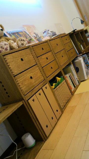 【継ぎ足してます】 ヴァインシリーズ3度目の購入です。裏板がないのを利用してコンセントがさせます。このミディアムの色とても気に入っています。【子供部屋 無垢 木製 収納 ラック キューブ カラーボックス 本棚 絵本 おもちゃ 収納 図鑑 大型本】