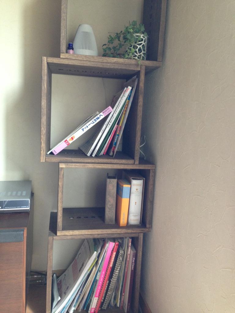 【いい感じ】 テレビの横の限られた幅で探してました。ダーク購入、L3つとM1つでテレビと同じ高さに積んでます。軽くて見た目もいい感じです。匂いは気になりますが次第になくなってきます。【子供部屋 無垢 木製 収納 ラック キューブ カラーボックス 本棚 絵本 おもちゃ 収納 図鑑 大型本】