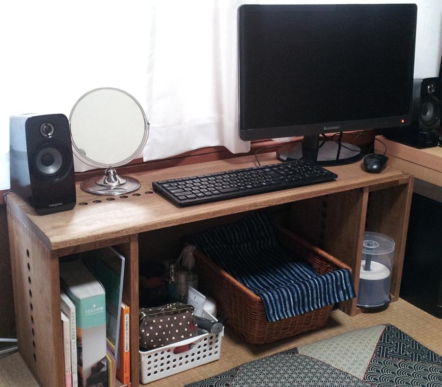【パソコンデスク】 幅を取らないパソコンデスクが欲しくて90パネルと一緒にI BOX2個を購入して組み立ててみました。奥行が30cmでは狭いかなと思いましたが良い感じにパソコンを設置できました。天板は縁が加工してありキーボードを打つ時の手当たりの質感が良いです。ミディアムカラーにしましたが和室に合います。軽くて扱いやすいので購入して良かったです。拡張性があるので次はどう繋いでいこうかと考えるのが楽しいです。これでもう少しリーズナブルだったら本棚も全部このシリーズに替えられるのですが…また少しづつ揃えていきたいと思います。【子供部屋 無垢 木製 収納 ラック キューブ カラーボックス 本棚 絵本 おもちゃ 収納 図鑑 大型本】