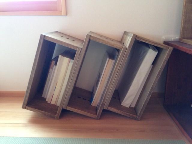 【雑誌サイズの本棚として?】 リピートです。斜めに設置することで雑誌などが倒れてこなくて、とても良いです。この使い方、おすすめです。【子供部屋 無垢 木製 収納 ラック キューブ カラーボックス 本棚 絵本 おもちゃ 収納 図鑑 大型本】