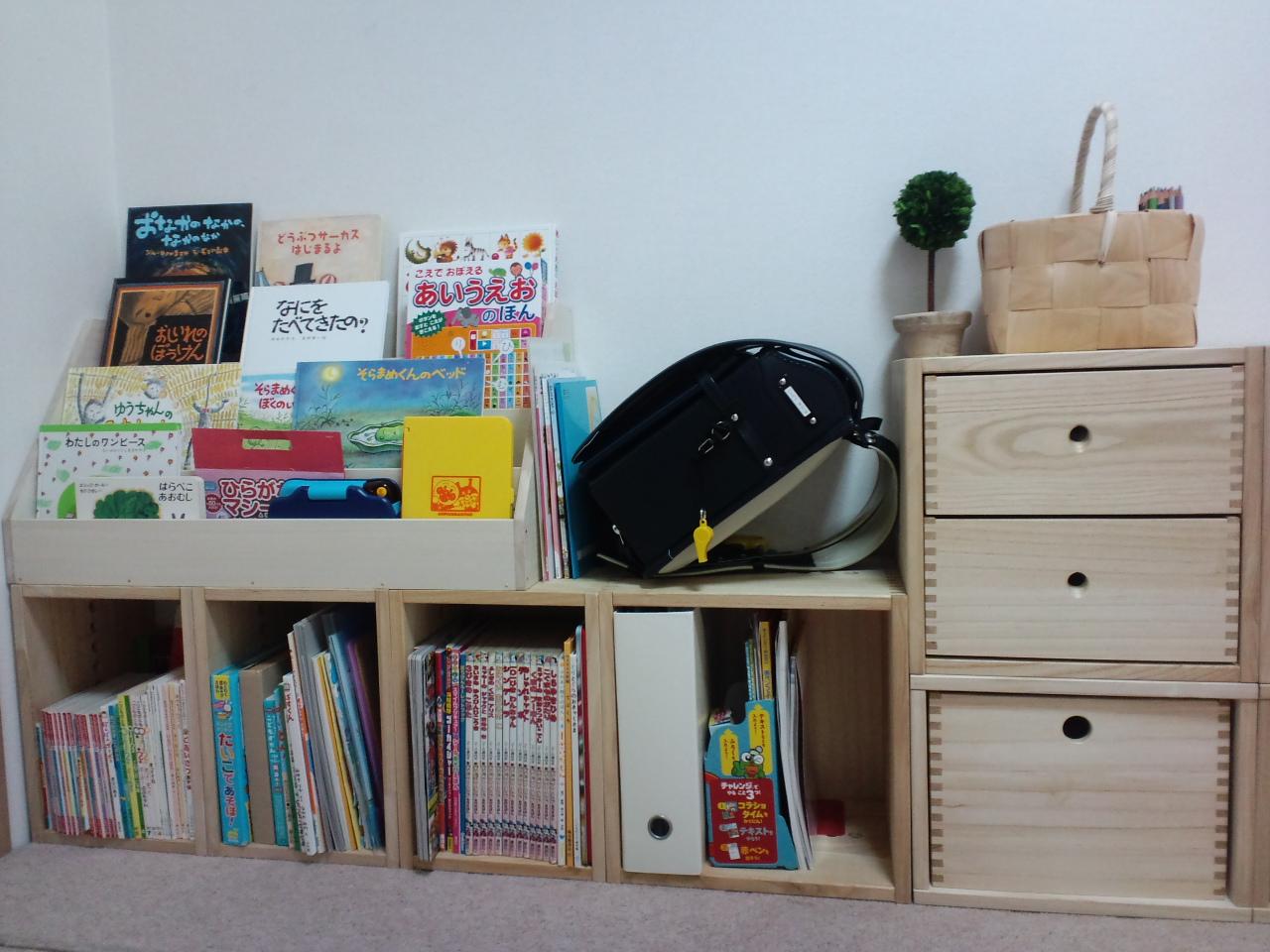 【子供達の棚に。】 追加購入です。 MBOXは 横にすると小さめの本やフリーBOX 縦にすると A4サイズまで収納できるので 組み換えがきいて 便利です。 今の組み合わせに飽きたら 少しアレンジしてみたいとおもいます。 お値段が少し張るので ☆4つです。【子供部屋 無垢 木製 収納 ラック キューブ カラーボックス 本棚 絵本 おもちゃ 収納 図鑑 大型本】