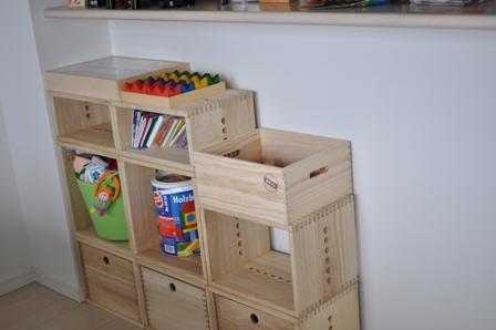 【カウンター下に】 子供の成長に伴い、おもちゃが増えたので追加購入しました。また、子供がメインで遊ぶ場所も和室→リビングに変わってきたので、設置場所を、和室からリビングのカウンター下へ移動しました。軽いし気軽にレイアウト変更できて本当に便利です。色もナチュラルなので、和室にも洋室にもあって満足です。今後も子供の成長にあわせて、活用していきたいと思います。写真は変更前と変更後のものです。【子供部屋 無垢 木製 収納 ラック キューブ カラーボックス 本棚 絵本 おもちゃ 収納 図鑑 大型本】