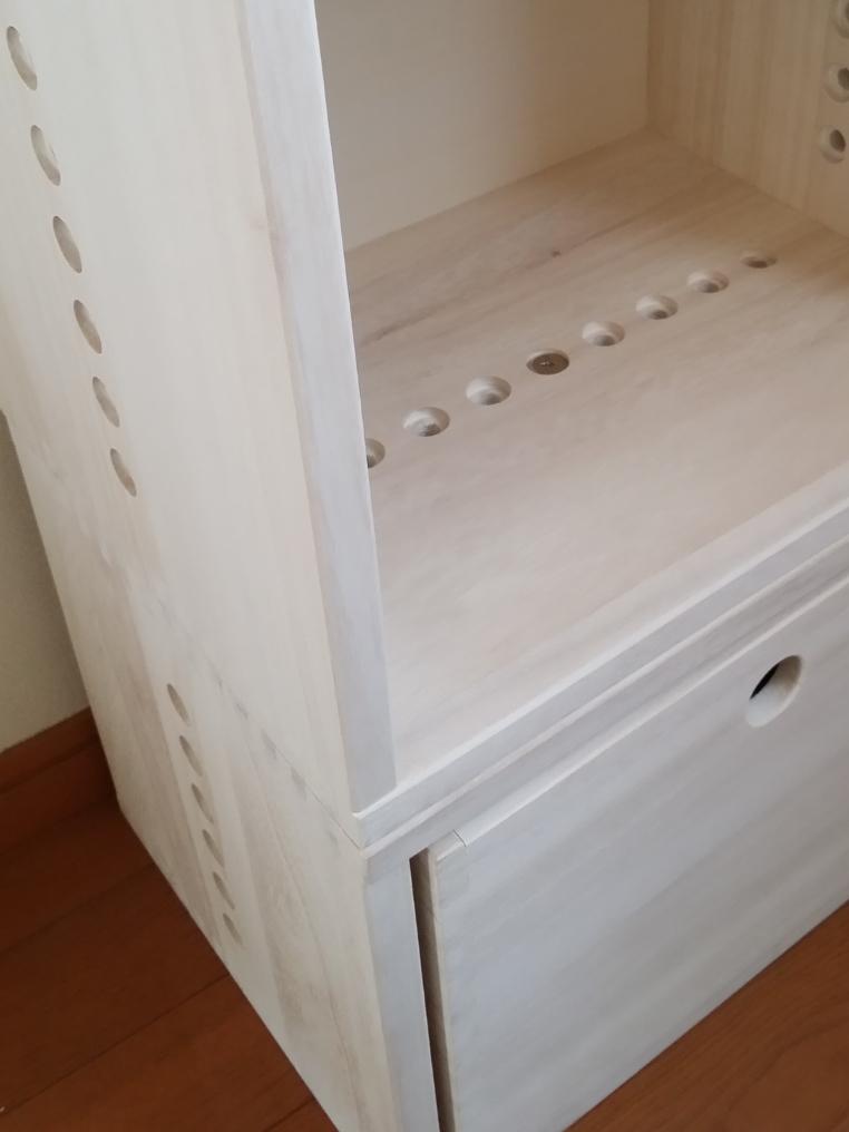 【ダイニングのカウンター下に】 下段にはM BOXの裏板なしにフリーBOXをセットし、埃よけと、モデムやルーターや配線の収納に。上段は、収納した物が壁に当たらないように裏板付きのL BOXを。その上には複合機や充電中のノートパソコンなどを置いて。ホワイトにしましたが、木目が透けて良い色です。塗装してあっても木の良い香りがします。軽くて扱いやすいですし、連結もドライバーやコインで簡単に出来ます。ただ、2月に入ってすぐに注文し、届いたのが3月も終わる頃…。約2ヶ月も待ったので大変待ち遠しかったです。また、今後買い足したくても値上げしてしまったので慎重になってしまいます。とは言え、これから子供が大きくなったり生活が変わっても、組み替えたりして使い道が広がるのは、飽きっぽい私にはとっても良いです!【子供部屋 無垢 木製 収納 ラック キューブ カラーボックス 本棚 絵本 おもちゃ 収納 図鑑 大型本】