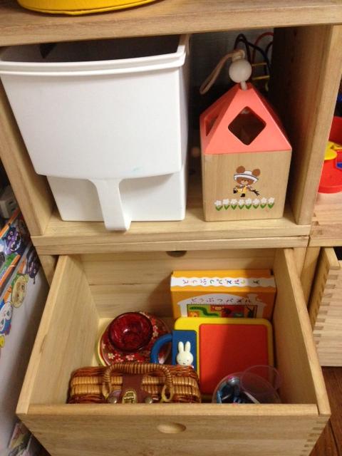 【おもちゃ収納】 おもちゃ収納の為に購入しました。リビングに置いてもおしゃれでスッキリ片付き満足しています。引き出しBOXは子供でも簡単に引き出せて使いやすいそうです!アレンジがきくしオススメです!【子供部屋 無垢 木製 収納 ラック キューブ カラーボックス 本棚 絵本 おもちゃ 収納 図鑑 大型本】