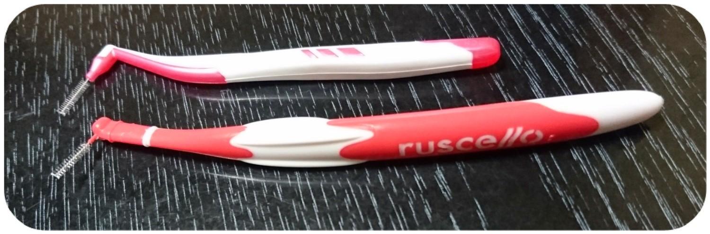 上は、matsukiyo 歯間ブラシL型 サイズ、下が、ルシェロ ハンドル付歯間ブラシ