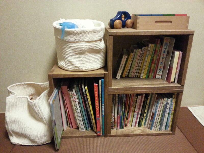 【MBox×3からのスタート!】 子どもの絵本が増えたので本棚を探していました。あと数年はリビングに置くことになりそうなので・・・1)あと何冊増えるのか?→拡張性のあるもの2)リビングで使える落ち着いたデザイン&カラー3)柔軟にレイアウト変更ができるもの4)子どもが取り出しやすいものという点で Vine を・・・そして今回は縦横に絵本を効率よく収納できそうなMBoxを選びました。洋室に置くつもりで注文したのですが、嬉しい誤算!和室に合うんですね。なかなかこのお値段で和室に合う質感のものってないと思っていたので、とても気に入りました。2才の娘もお手伝いしてくれて楽しくあっという間に組み立てることができました。主人も「いい感じ!もっとあっても良いね」って気に入ってくれました(^^♪次は子どものおもちゃ入れとして LBox & フリーBox を追加したいと思っています。【子供部屋 無垢 木製 収納 ラック キューブ カラーボックス 本棚 絵本 おもちゃ 収納 図鑑 大型本】
