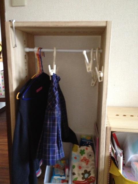 【幼稚園制服の収納に。】 幼稚園の娘の制服をかけるために購入しました。専用のラックを買おうかと思っていたのですが、子どもっぽくなく、ずっと使えるデザインのものはないかと探していたところ、こちらを見つけました。連結の穴に、突っ張り棒を通して使っています。奥行は27cmですが、子ども用ハンガーだと、飛び出ることもなくうまくかけられます。背が伸びたら、下にボックスを足して調整しようと思っています。商品はとても軽くて、見た目も安っぽくなく、今後もいろいろな形に変えて使っていけそうなので、とても気に入りました!おもちゃ収納にも使おうと思っているので、また買い足したいと思います。ただ、お値段が安くないのと、中に入れるボックスを専用以外で探すのが大変なので、☆4つにしました。【子供部屋 無垢 木製 収納 ラック キューブ カラーボックス 本棚 絵本 おもちゃ 収納 図鑑 大型本】