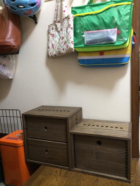 【玄関脇の幼稚園グッズスペース】 リピート購入です。2L引き出しBOXとフリーBOX 中も一緒に購入し、フリーBOXで引き出しにしました。今回は娘の幼稚園グッズを入れる棚を作りました。使いやすく気に入ってます。【子供部屋 無垢 木製 収納 ラック キューブ カラーボックス 本棚 絵本 おもちゃ 収納 図鑑 大型本】
