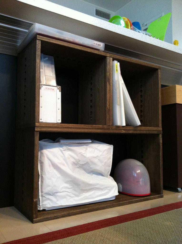 【キッチンカウンター下に^_^】 キッチンのカウンター下の収納に購入。2つ重ねると高さがちょうどよく、BOXの上に10cm程度の空きができました。読みかけの新聞や仕分け前の紙類をとりあえず置いておくのに最適。ダークの色合いもちょうどよくインテリアに合いました。リピしたいと思います。【子供部屋 無垢 木製 収納 ラック キューブ カラーボックス 本棚 絵本 おもちゃ 収納 図鑑 大型本】