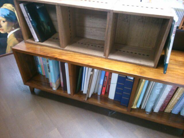 【これから考えよう。】 とりあえず、チークのボードの上に置いてみました。今までは、CDを並べていたのですが。それを収納するでもいいし、別なものでもいいし、三つ並べなくて、二つでもいいし。何を収納しようかこれから考えます。【子供部屋 無垢 木製 収納 ラック キューブ カラーボックス 本棚 絵本 おもちゃ 収納 図鑑 大型本】