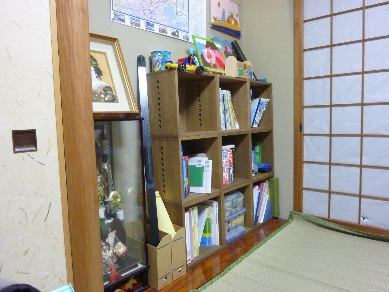 【子供が大きくなって。】 床の間のある和室を子供部屋にしたときに、L-BOXを六個購入して、二段の高さに並べました。およそ二年たって、子供が大きくなって、物が増えてきました。それで、三個買い足して、三段にしました。掛け軸は外すことになりましたが、実用的な部屋に様変わりです。今までの家具の場合は、子供の成長とともに、結局買い替えたりしてもったいなかったのですが、こういう使い方ができるので、ありがたいです。【子供部屋 無垢 木製 収納 ラック キューブ カラーボックス 本棚 絵本 おもちゃ 収納 図鑑 大型本】