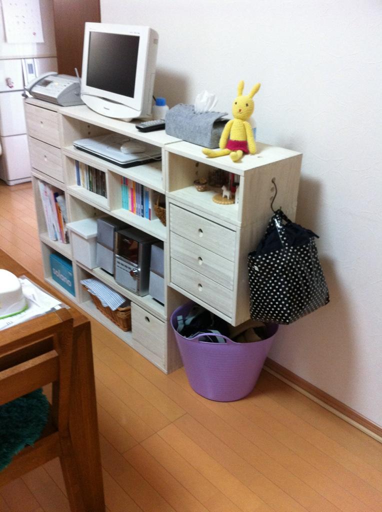 【シンプルですてき】 今回このシリーズ二回目のリピートです。 このMBOXはサイズ合わせのために購入したためまだなにを収納するかは決まっていませんが、ほんとうに軽くていろいろ組み合わせができて模様替え好きな自分にはぴったりの家具です。また購入します。【子供部屋 無垢 木製 収納 ラック キューブ カラーボックス 本棚 絵本 おもちゃ 収納 図鑑 大型本】