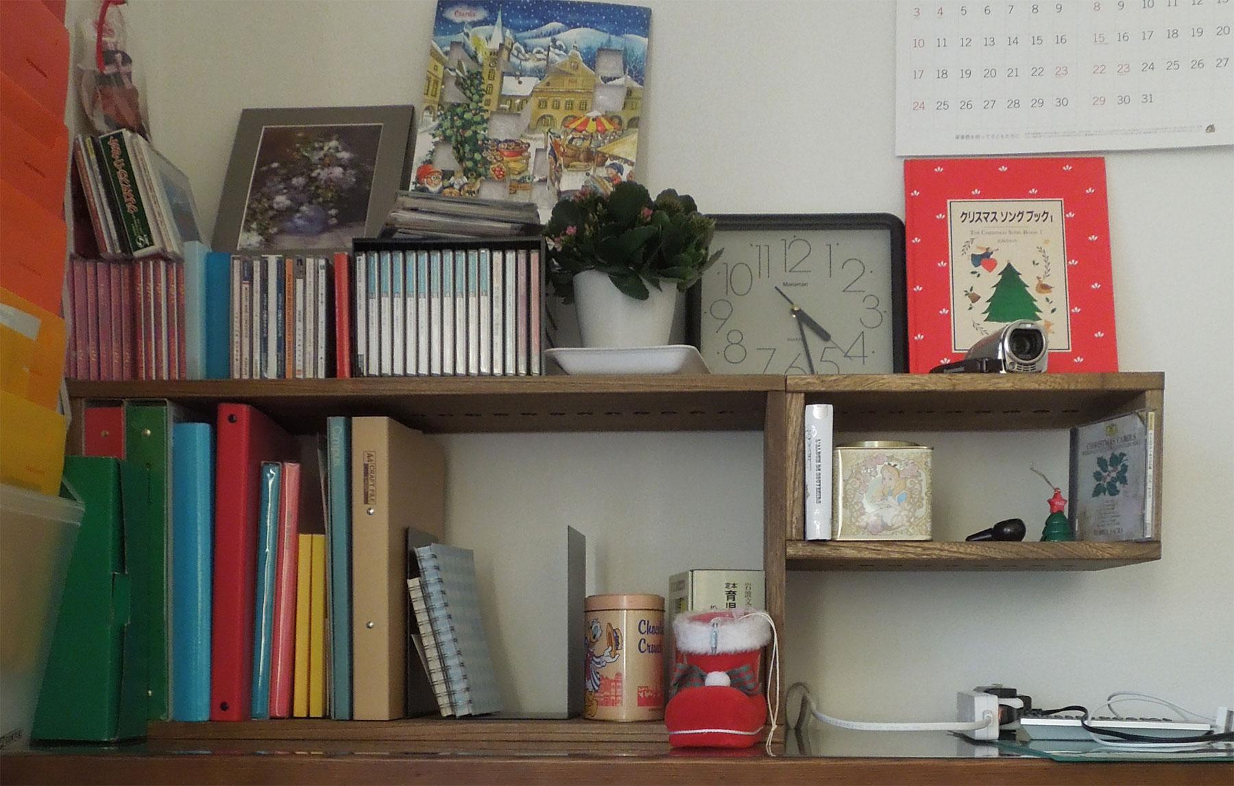 【机上整理】 子どもの手の届かないように机の上の整理用として購入しました クリスマス前に間に合わせていただき、温かい雰囲気で過ごせました【子供部屋 無垢 木製 収納 ラック キューブ カラーボックス 本棚 絵本 おもちゃ 収納 図鑑 大型本】