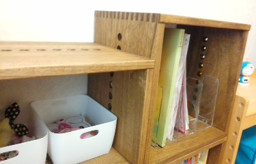 【2度目の購入です】 M BOX ミディアム3個を追加です。子ども部屋で使っていますが、レイアウトを簡単に変えられ、軽いのに丈夫なのが気に入っています。ピアノの楽譜等も整理でき、スッキリしました。次は、リビングのカウンター下用に購入しようかと検討中です。【子供部屋 無垢 木製 収納 ラック キューブ カラーボックス 本棚 絵本 おもちゃ 収納 図鑑 大型本】