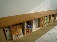 【素敵です。】 釘を一切使用していないので、あたりもなくすっきりしています。天然木ならではの質感が気に入っています。とても軽いので気軽にレイアウト変更が楽しめそうです。今回は36×110センチの天板を二枚使って、ローテーブル兼えほん棚にしてみました。【子供部屋 無垢 木製 収納 ラック キューブ カラーボックス 本棚 絵本 おもちゃ 収納 図鑑 大型本】