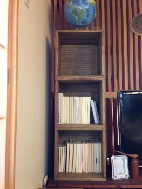 【こちらは普通の本棚として?】 リピートです。普通の本棚としても、とても使い勝手が良いです。これで我が家には、大小あわせて16個となりました。必要なところに必要な数だけ置く事ができるのも、気に入っているところです。【子供部屋 無垢 木製 収納 ラック キューブ カラーボックス 本棚 絵本 おもちゃ 収納 図鑑 大型本】