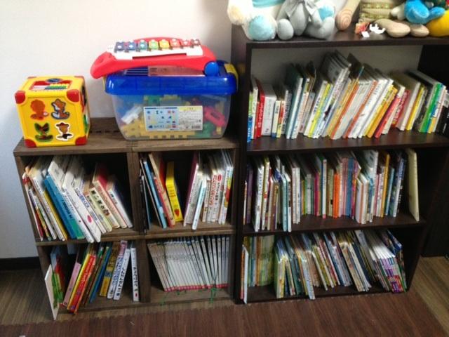 【追加購入です。】 追加購入ですが、ダークは初めてでした。とてもいい色で、床にもあって気に入りました。当初考えていたのとは違うレイアウトですが子供部屋でLボックス二個、LLH一個を繋げて本棚にしました。保有していた本棚(右)と並べても違和感なく、また、本が増えたら、もう一段増やしてもまだ高くはなりすぎないので安心です。今回、L二個とも白の汚れのようなものが縦にザーーーっと入ったものが届きました。自分で拭いたら薄くなり、返送も面倒だったのでそのまま使っていますが、これまではこのようなことはなかったので、機能には全く不満はありませんが星三つで。でもきっとまた必要になったら買うと思います。【子供部屋 無垢 木製 収納 ラック キューブ カラーボックス 本棚 絵本 おもちゃ 収納 図鑑 大型本】
