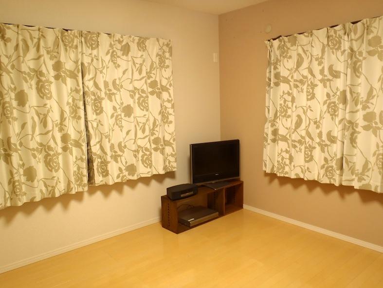 【収まりました。】 引っ越す事が前提なので、安っぽくない組み合わせ自由な家具を探していました。色々と計12個注文しましたが、一月半で届きました。商品はしっかりした作りでチープさはありません。LL BoxダークとL Boxミディアムで、寝室の床に直置きだった、テレビとオーディオとブルーレイデッキをセットしました。やっと部屋らしくなったかな?約9畳のお部屋におくと、こんな感じです。【子供部屋 無垢 木製 収納 ラック キューブ カラーボックス 本棚 絵本 おもちゃ 収納 図鑑 大型本】