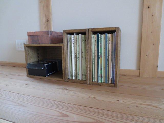 【しっかりした作りで積み重ねも安心】 I BOXと同時に購入しました。縦横36cmを中心に組み合わせ可能なサイズが豊富なのでどのサイズを選ぶか迷ったぐらいです。本棚として使うことを考えていますが頑丈さは十分だたと思いました。また、品質等大変満足しています。ただし、材質が柔らかい桐なので当然ですが硬い角等で傷はつきやすいので注意したいです。連結用の金具が1つ付いていますがしっかり止めるならば2つは欲しいと感じます。値段は品質を考えると妥当かとは思いますがもう少し安くなると購入がさらにしやすくなります。ここまでサイズ・色等の選択の幅があるのですから連結用の穴の有無も自由に選択できるようにしていただけたらと思いました。外見上穴を見せたくないセッティングもあると思いますので。【子供部屋 無垢 木製 収納 ラック キューブ カラーボックス 本棚 絵本 おもちゃ 収納 図鑑 大型本】